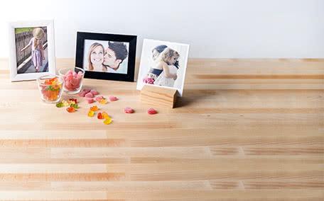 Fotokaders en presentatiemateriaal Presenteer je foto's op de mooiste manier door een fotokader te bestellen om je foto's in een mooi kader te presenteren. Of koop een mooie presentatiedoos voor jouw fotoboek of een fotohouder om je mooist herinneringen in tentoon te stellen.