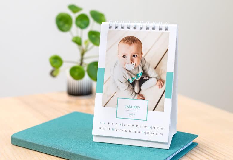 Gør din bordkalender personlig ved at lægge dine egne billeder på den
