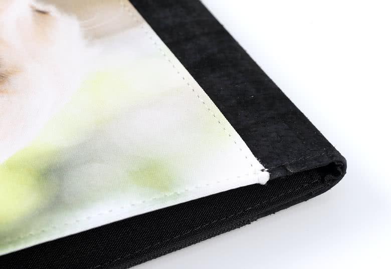 Achterkant en binnenzijde gemaakt van zwart polyester textiel en rug van imitatieleer