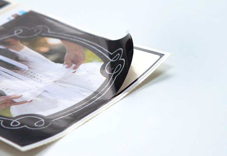 Selbstklebend; leicht anzubringen. Glänzende Papiersticker