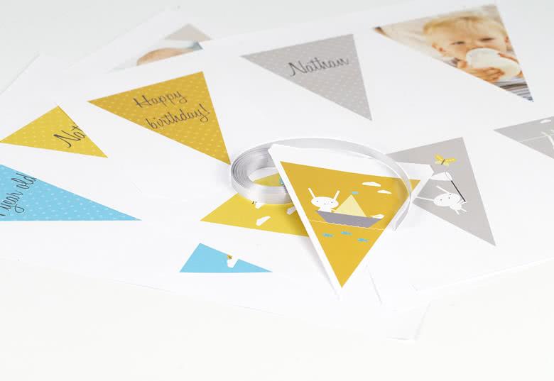 Enkel montering: 4 perforerade pappersark med 4 flaggor på varje  papper, 7 m band och instruktioner