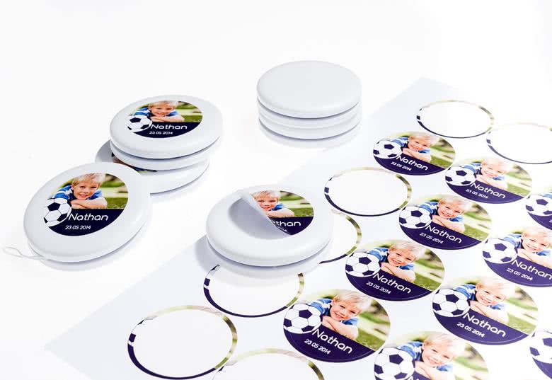 Jojo's en stickers worden apart geleverd