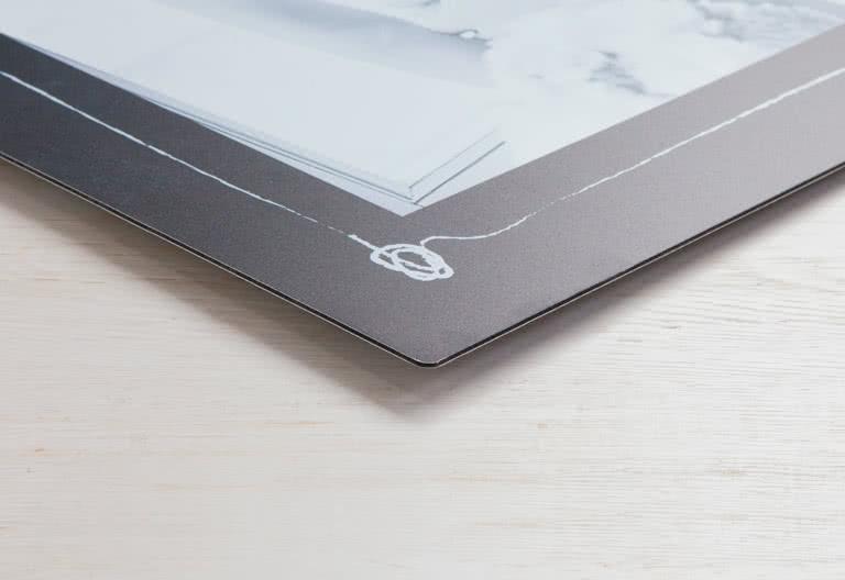 Matt yta med glanseffekter som skiner igenom de vita delarna av bilden
