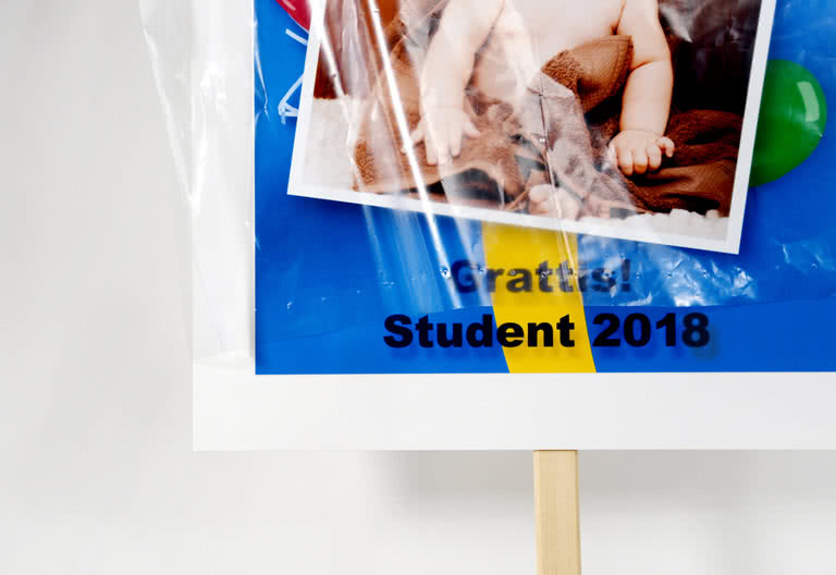 Studentskylten levereras med regnskydd